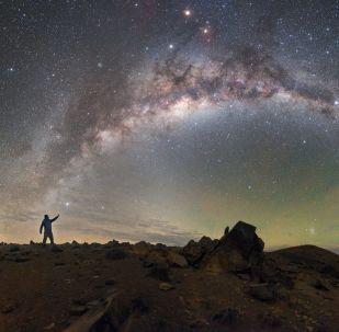 Via Láctea aparece no céu por cima do Observatório Paranal, localizado no deserto chileno do Atacama