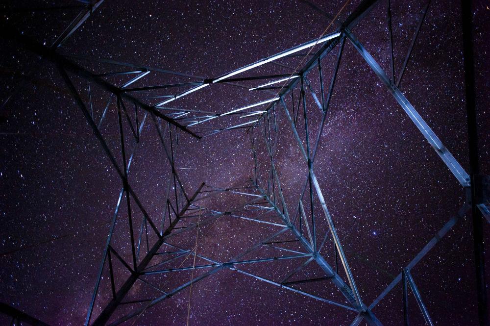 Via Láctea vista através de uma torre de comunicações, no Mianmar