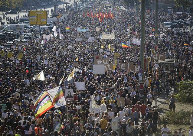 Centenas de milhares de pessoas protestam na Alemanha contra o ódio, a discriminação e o racismo crescentes na Europa.
