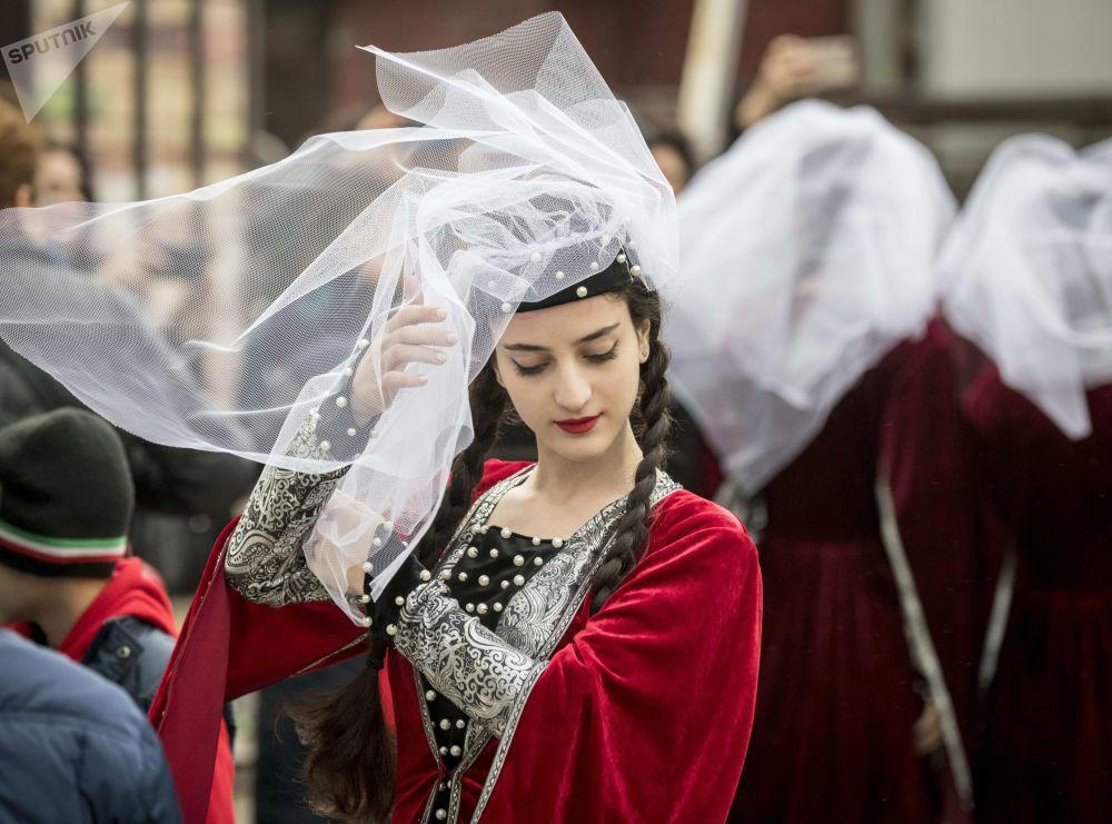 Dançarina em traje tradicional participa de um festival de cultura e cozinha georgianas, em Moscou