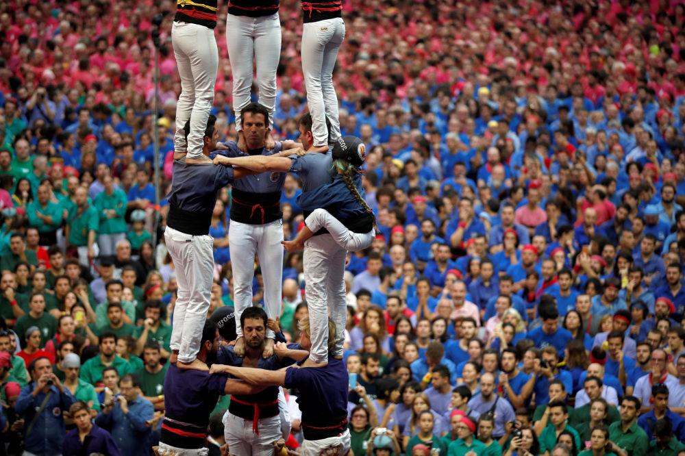 Membros do grupo Capgrossos de Mataro formam uma torre humana durante uma competição em Tarragona, na Espanha