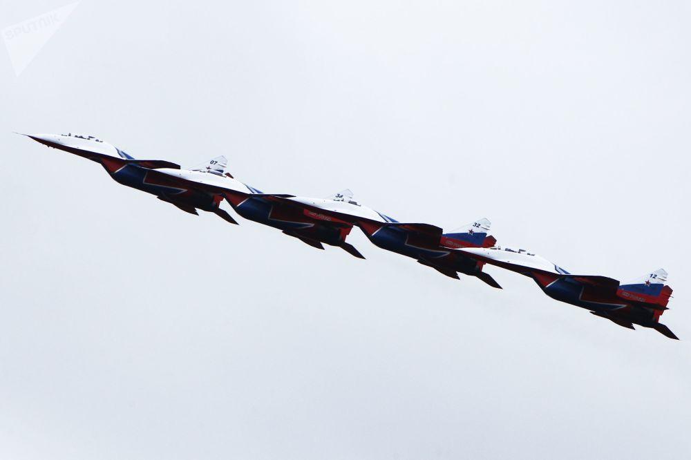 Grupo de acrobacia aérea Strizhi em caças MiG-29 participando de um evento do Ministério da Defesa da Rússia
