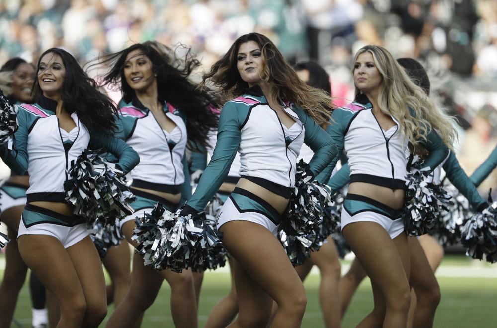 Animadoras da torcida do time Philadelphia Eagles participam de um jogo da sua equipe contra o Minnesota Vikings, em Filadélfia