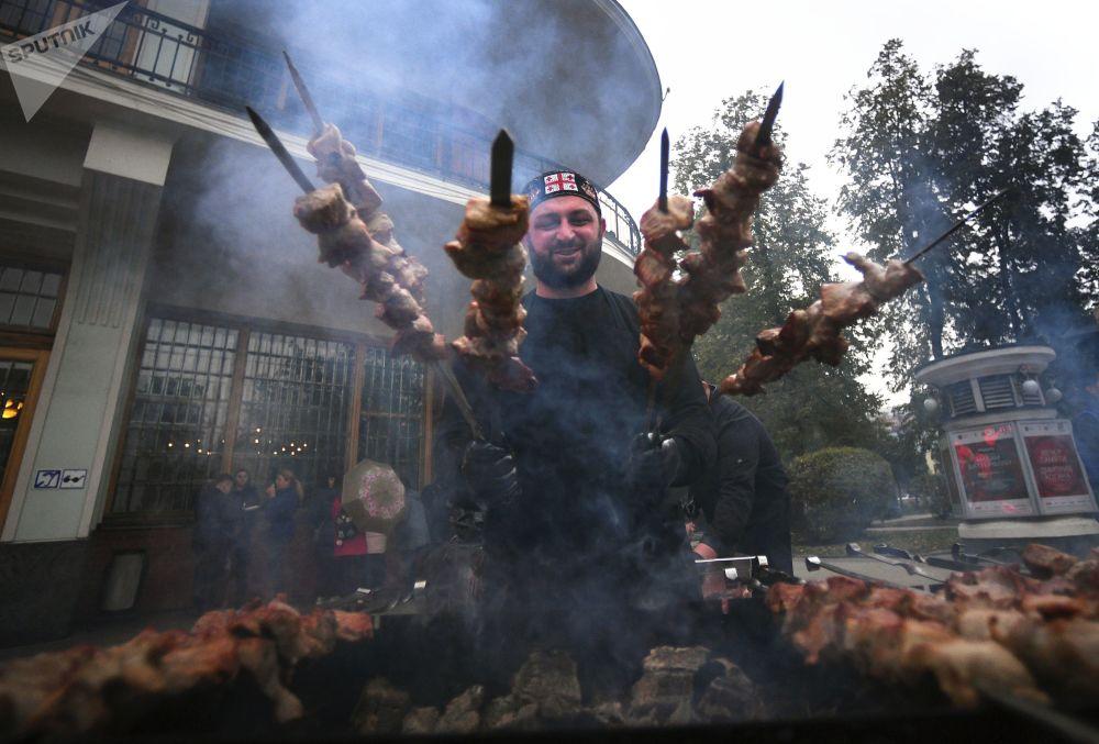 Preparação de churrasco durante um festival de cultura e cozinha georgianas, em Moscou