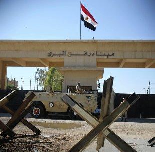Um soldado egípcio vigia a fronteira de Rafah, entre o sul da Faixa de Gaza e o Egito.