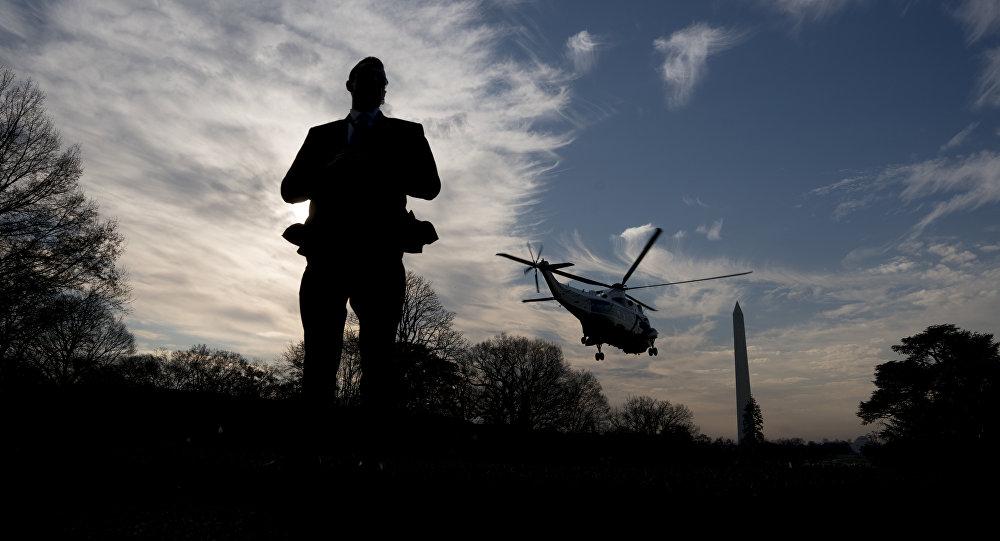 Um agente do Serviço Secreto fica de guarda enquanto Marine One, com o presidente Donald Trump embarca.