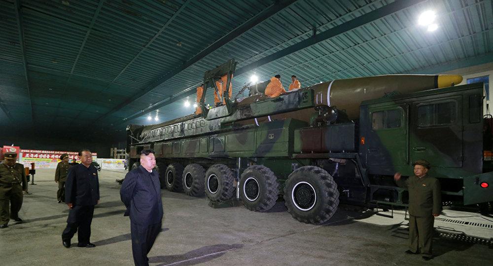 O líder norte-coreano Kim Jong Un inspeciona o míssil balístico intercontinental Hwasong-14 nesta foto sem data lançada pela Agência Coreana de Notícias da Coreia do Norte em Pyongyang.