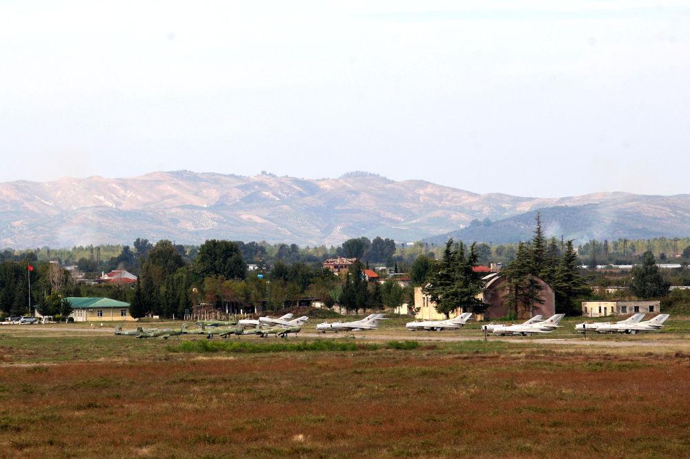 Vista geral da base aérea albanesa de Kucove