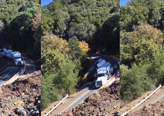 Caminhão capota e desce ladeira pelo caminho errado