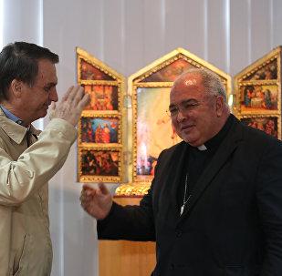 Jair Bolsonaro presta continência ao cardel e bispo do Rio de Janeiro, Dom Orani Tempesta.
