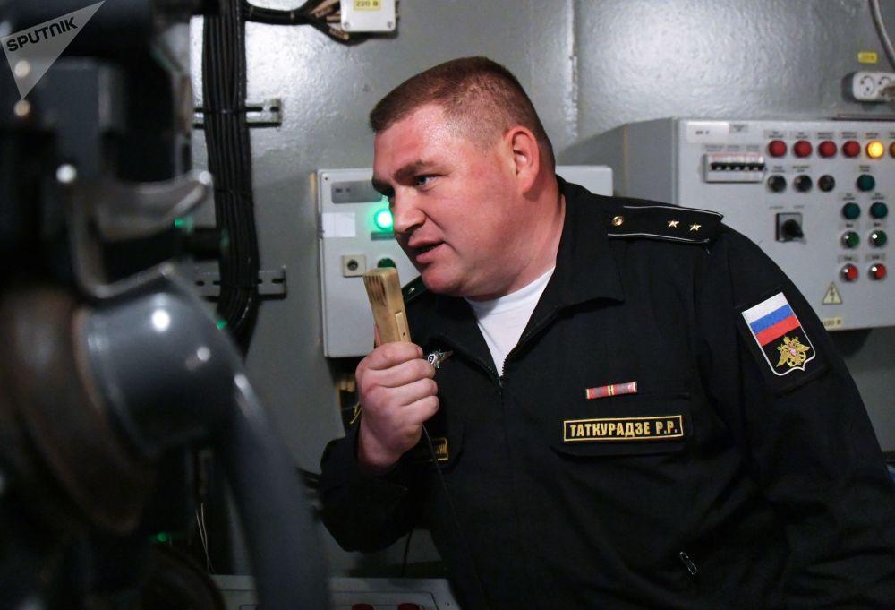 Instrutor dos treinos de luta contra fogo em um compartimento do navio durante exercícios da Frota do Pacifico em um centro de preparação
