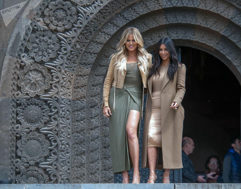 Atriz americana Kim Kardashian com sua irmã Khloé durante os eventos comemorativos dedicados ao 100º aniversário de genocídio de arménios em Erevan, em 2015