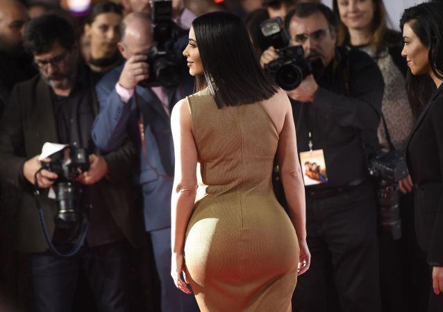 Kim Kardashian aparece durante a estreia do filme A Promessa, em Los Angeles, em 12 de abril de 2017