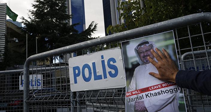 Um pôster do jornalista saudita Jamal Khashoggi, em uma barreira que bloqueia a estrada que leva ao consulado da Arábia Saudita em Istambul.