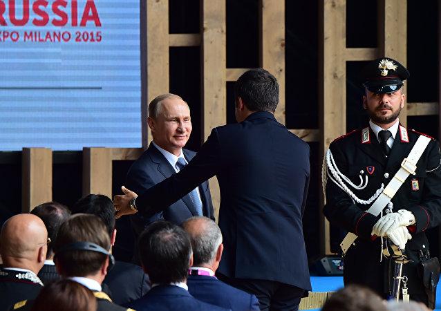 Matteo Renzi saúda Vladimir Putin em Milão