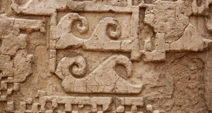 Uma peça de fresco da civilização Moche em Chan Chan, Peru