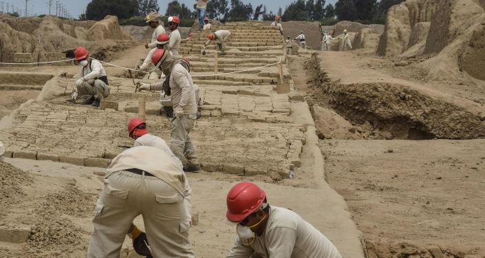 Restauração de objetos antigos do complexo arqueológico de Chan Chan, Peru