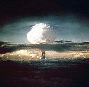 A nuvem de cogumelo do Ivy Mike (codinome dado ao teste) se eleva acima do Oceano Pacífico sobre o Atol Enewetak nas Ilhas Marshall em 1 de novembro de 1952
