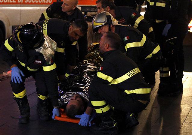 Bombeiros transportam uma vítima na estação de metrô onde torcedores do CSKA de Moscou ficaram feridas por um problema em uma escada rolante.