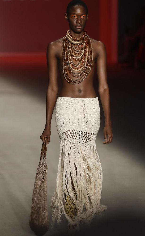 Karine Fouvry criou uma saia que remete ao sangue africano no Brasil, unindo à peça detalhes de uma cultura enraizada na nação