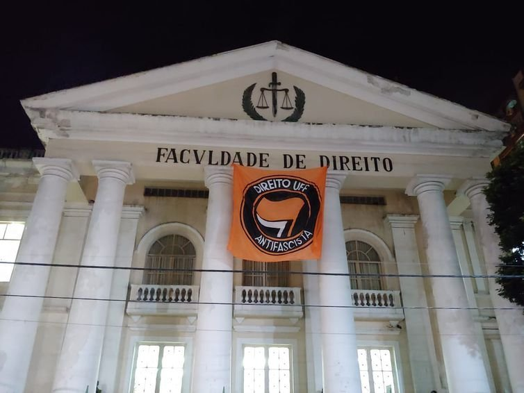 Juíza alega que bandeira colocada na UFF é propaganda negativa contra o candidato à Presidência Jair Bolsonaro (PSL)