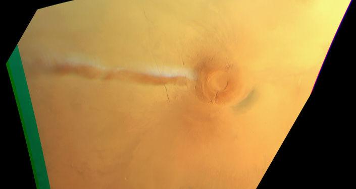 Misteriosa nuvem branca se formando por cima do vulcão Arsia Mons em Marte, 21 de setembro de 2018