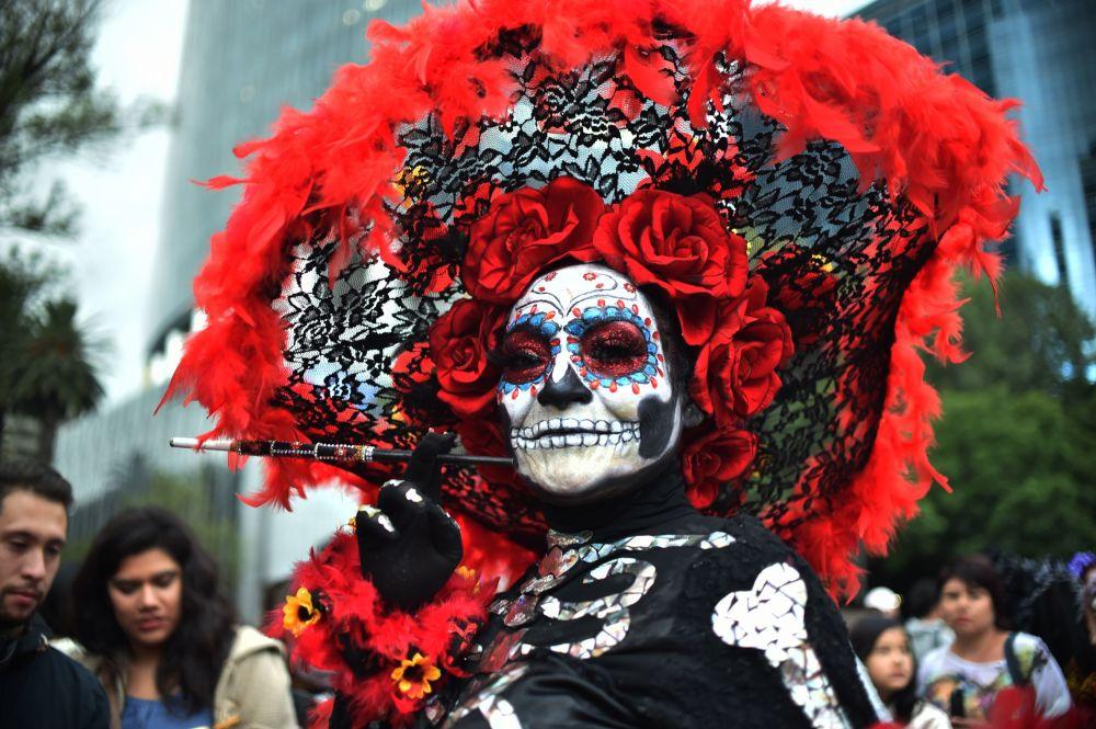 Participante do Desfile de Catrinas durante a comemoração do Dia dos Mortos no México