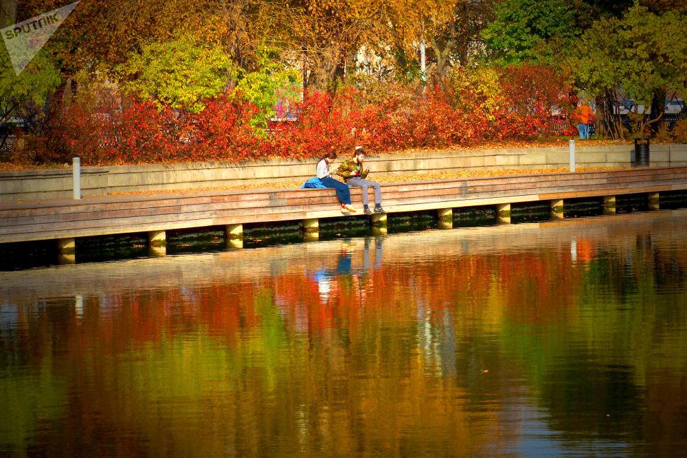 Jovens descansando em um parque em Moscou