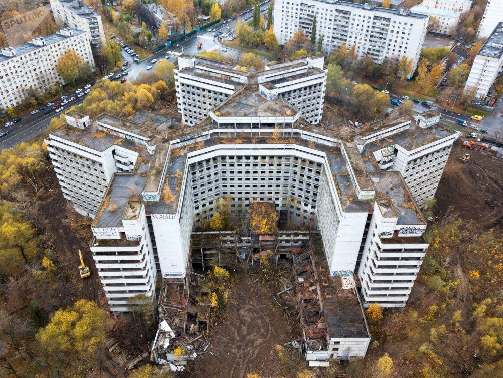 Início de demolição do prédio inacabado do hospital de Khovrino, em Moscou