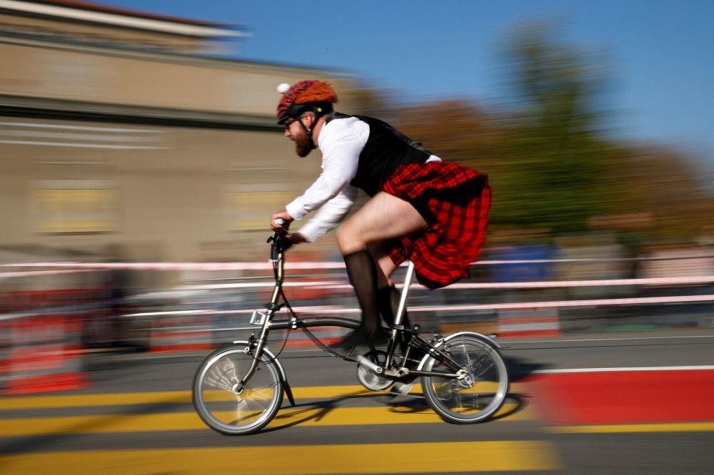 Participante do campeonato internacional de ciclismo Brompton, em Berna, Suíça