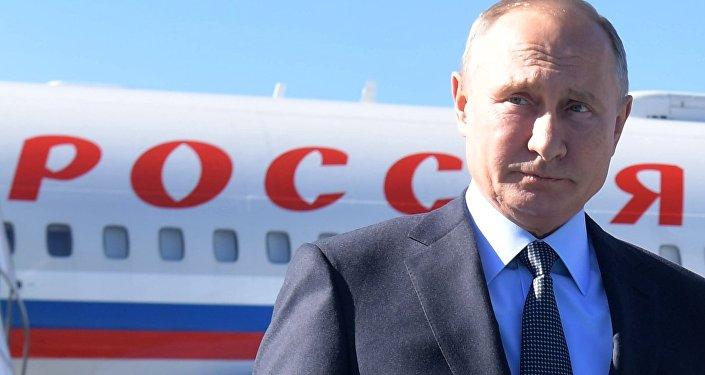 O presidente russo, Vladimir Putin, na chegada a Instambul para encontro multilateral sobre a Síria.