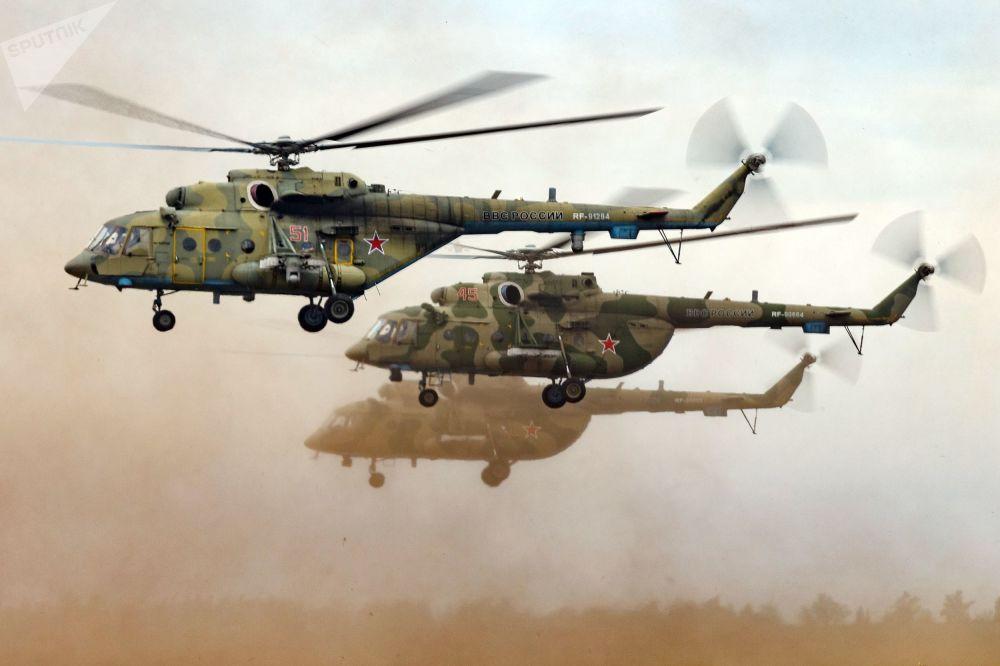 Helicópteros Mi-8 durante exercícios no polígono de Tsugol, na região de Transbaikal