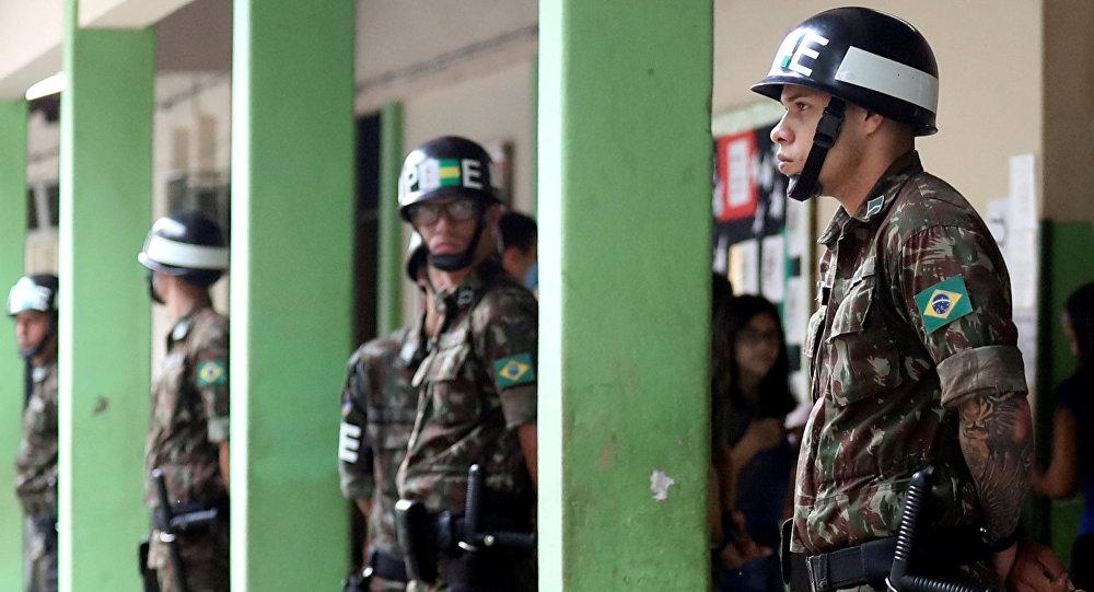 Polícia reforça seção onde vota o candidato Jair Bolsonaro, no RJ, em 28 de outubro de 2018