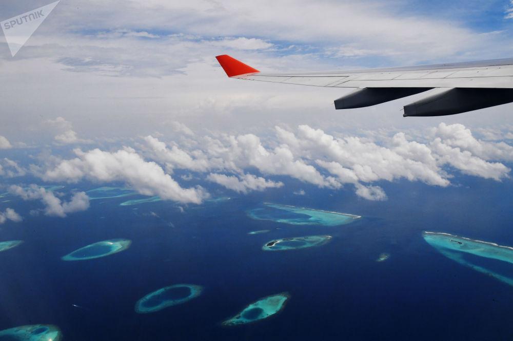 Avião sobrevoando ilhas Maldivas, que estão a apenas 1,8 metro acima do nível do mar, sendo ameaçadas pelo aumento do nível do mar