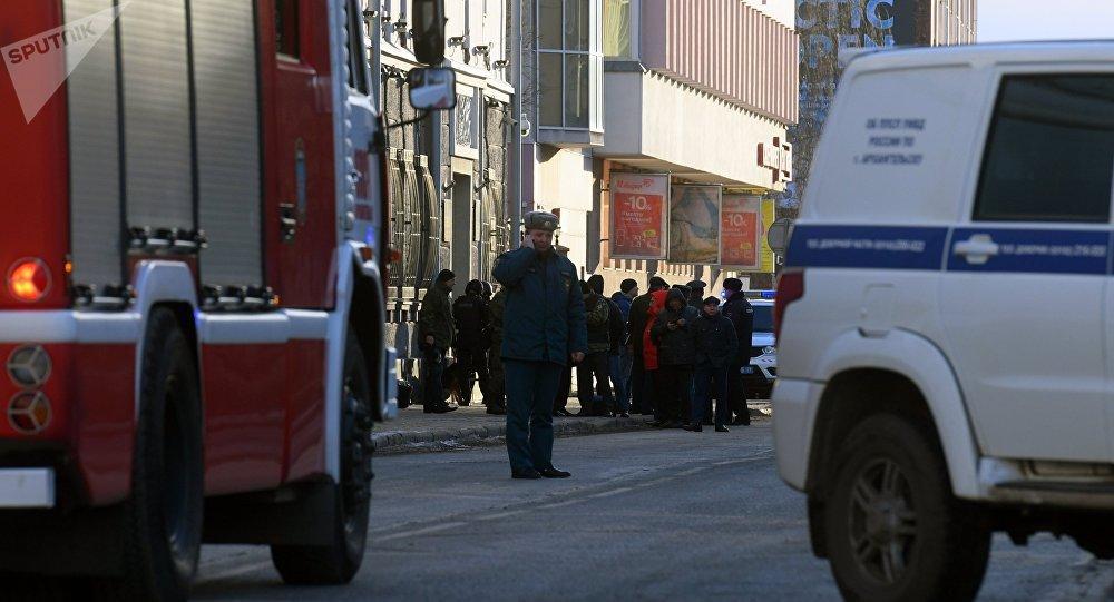 Funcionários da polícia e do Ministério para Situações de Emergência da Rússia perto da entrada do prédio do Serviço Federal de Segurança na cidade russa de Arkhangelsk, atingido pela explosão em 31 de outubro