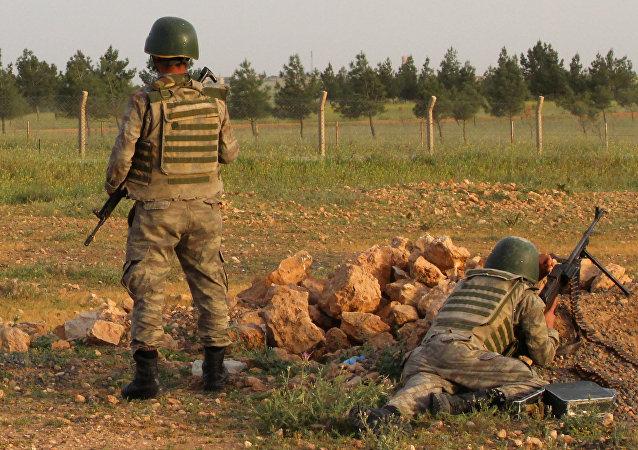 Militares turcos na fronteira turco-siria, 27 de abril de 2017 (foto de arquivo)
