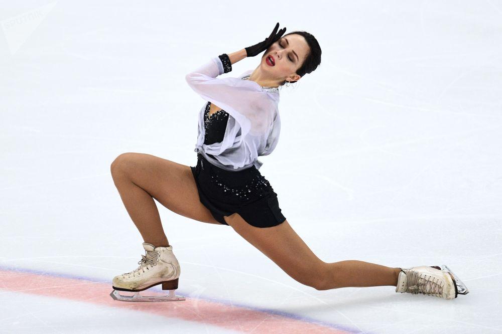 Patinadora russa Elizaveta Tuktamysheva mostra seu programa curto ao treinar pela Seleção Russa de Patinação em Sochi
