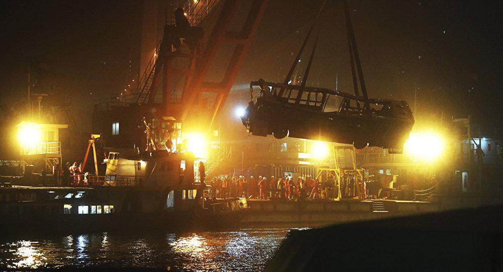 Ônibus após queda de ponte no rio Yangtze, no sudoeste da China, em 28 de outubro