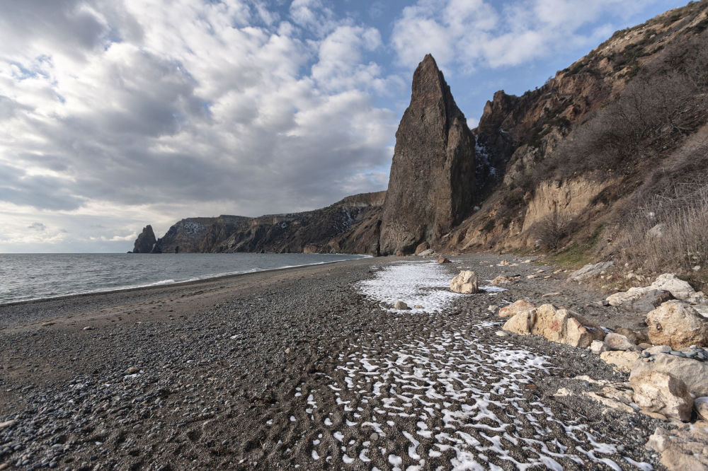 Cabo Fiolent banhado pelo mar Negro na Crimeia, dono de uma intacta, com rochas abruptas e vegetação selvagem