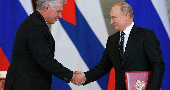 O presidente de Cuba, Miguel Diaz-Canel (à esquerda) e o presidente russo,Vladimir Putin, (à diretia) após encontro realizado em Moscou.