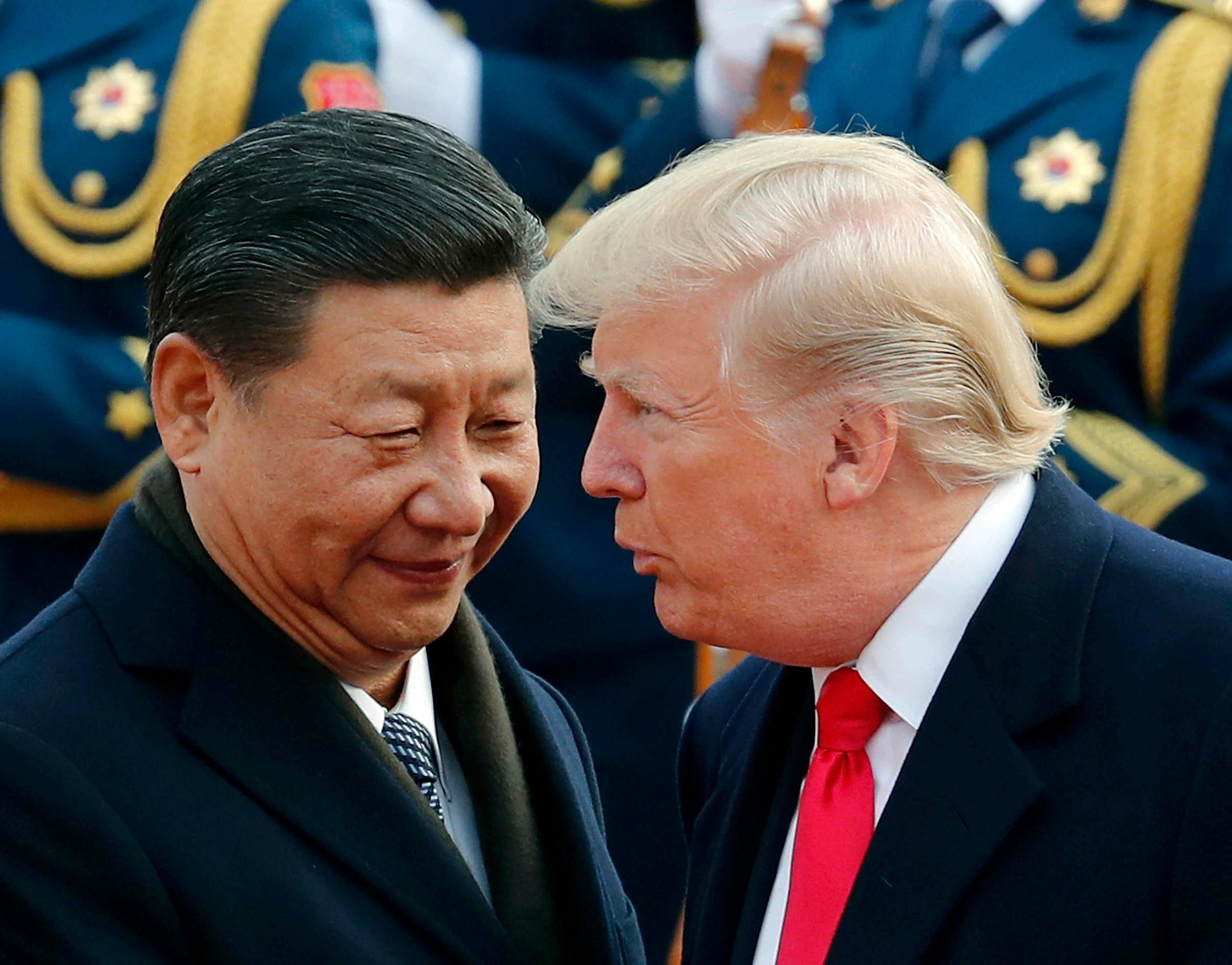 O presidente dos EUA, Donald Trump, conversa com o presidente chinês, Xi Jinping. EUA impuseram tarifas às importações de produtos chineses, dando início à guerra comercial entre as duas potências econômicas
