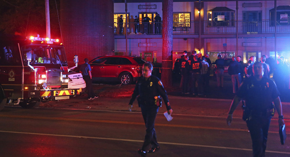 Investigadores da polícia dos EUA trabalham na cena de um tiroteio, em Tallahassee, na Flórida, 2 de novembro de 2018