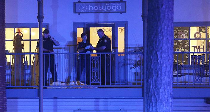 Policiais norte-americanos trabalham na área do tiroteio ocorrido em um estúdio de ioga, em Tallahassee, na Flórida, 2 de novembro de 2018