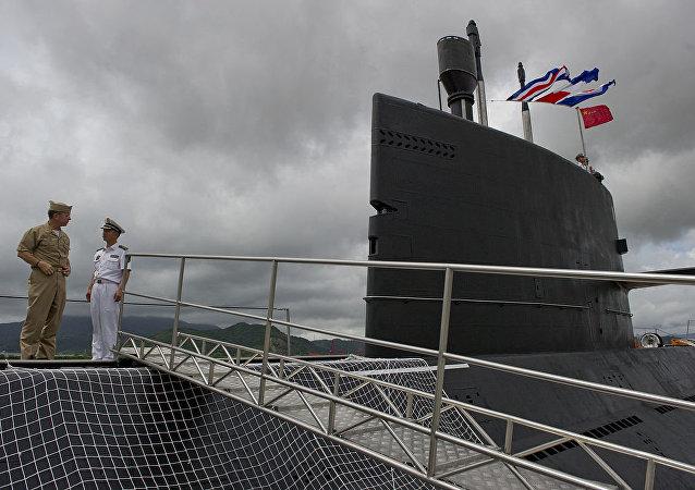 Submarino Yuan da Marinha Popular de Libertação da China, ancorado na Base Naval de Zhoushan.