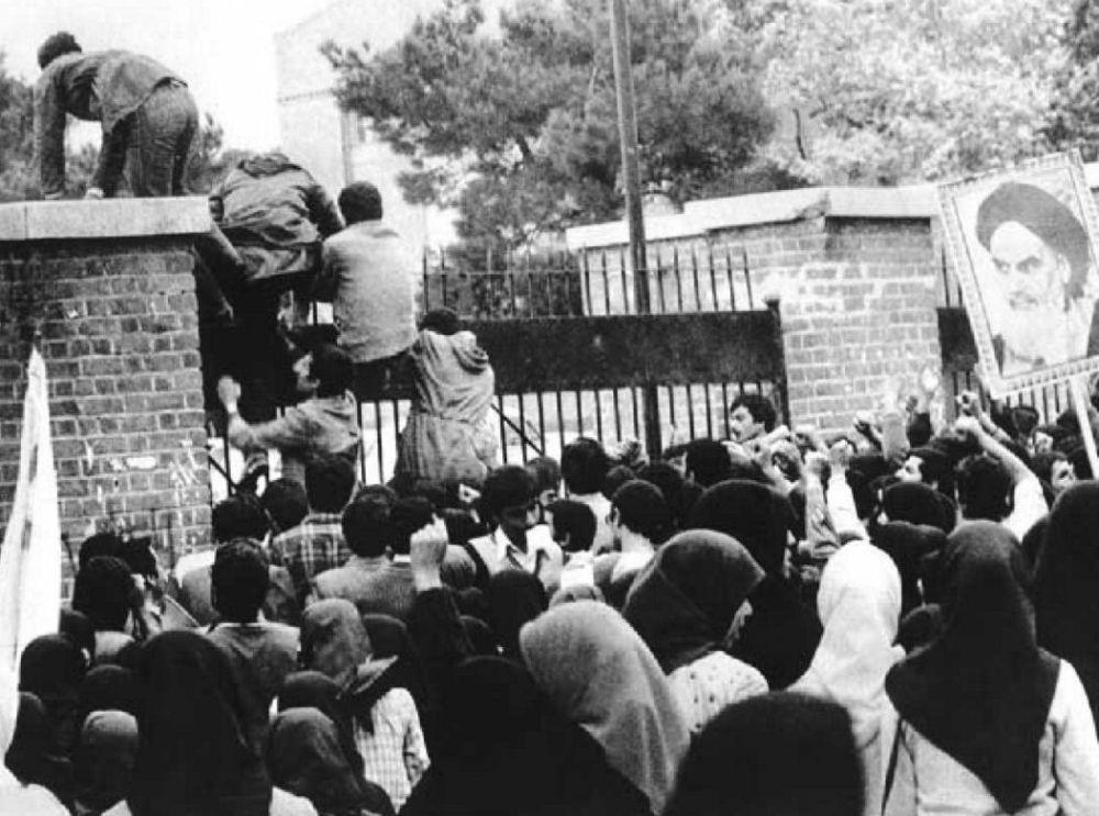 Membros da Associação de Estudantes Muçulmanos tomam o prédio da embaixada estadunidense em Teerã, em 4 de novembro de 1979