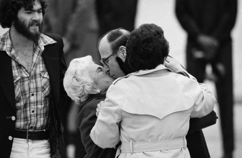 Refém libertado da embaixada estadunidense em Teerã, Richard Morefield, se encontra com sua mãe em Washington, em 27 de janeiro de 1981