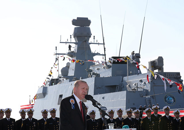 Presidente turco Erdogan fala durante uma cerimônia em um estaleiro.
