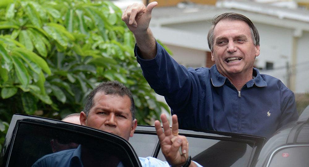 Jair Bolsonaro cumprimenta apoiadores na saída de sua casa, na Barra da Tijuca, zona oeste da capital fluminense