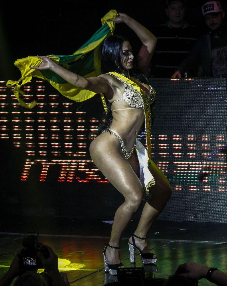 Ellen Santana dança depois de ter vencido o concurso Miss Bumbum 2018 em São Paulo, 5 de novembro de 2018