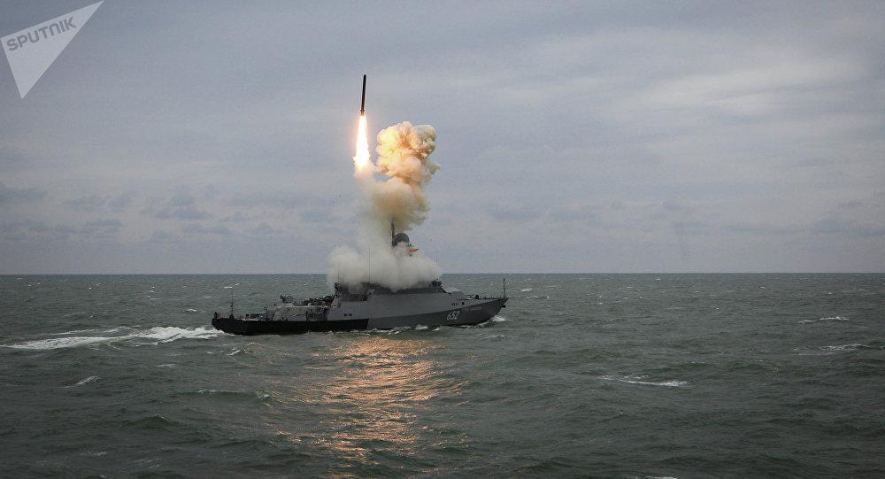 Navio de mísseis pequeno da Marinha russa Grad Sviyazhsk lança um míssil de cruzeiro Kalibr durante treinamentos da Flotilha do Mar Cáspio (arquivo)